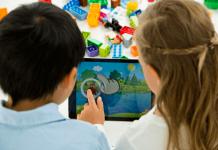 niños jugando con app y lego