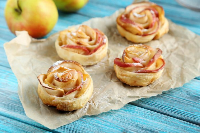 Rosas de manzana, una receta dulce para decorar