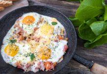 Huevos con queso y bacon en la sartén